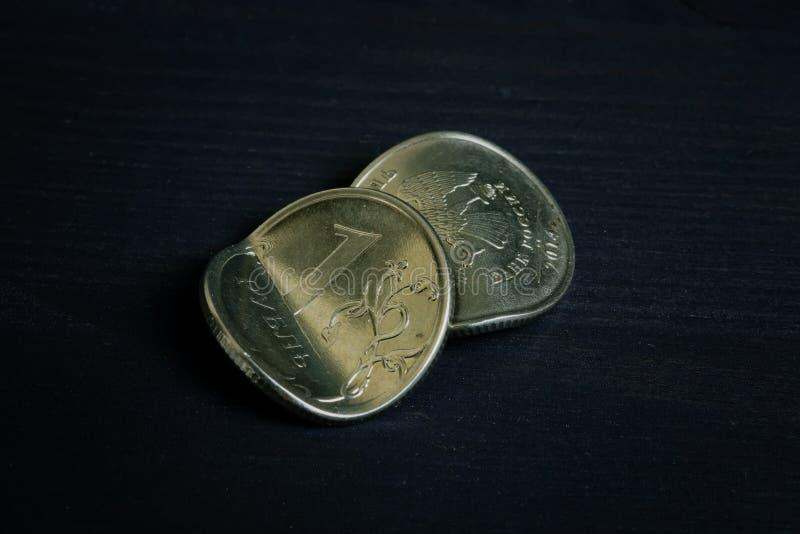反俄国财政认可和通货膨胀 弯曲了在书桌上的卢布 库存照片