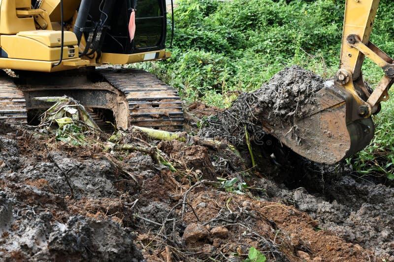 反向铲开掘地面 库存照片