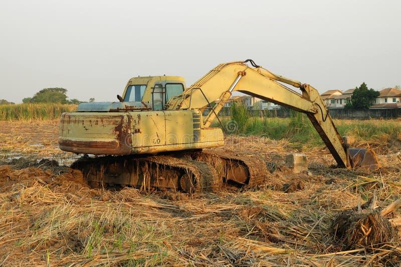 反向铲开掘坑地面 库存照片