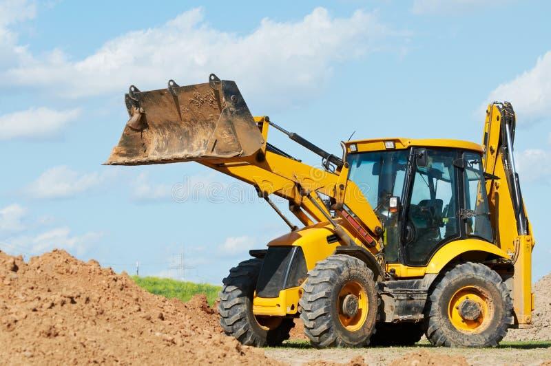 反向铲挖掘机装入程序工作 免版税库存照片