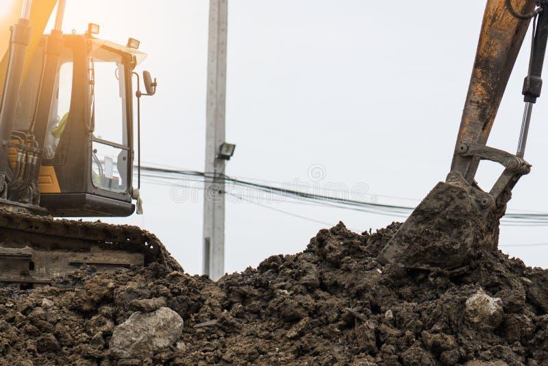 反向铲汽车在建造场所开掘坑 库存图片