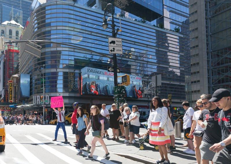 反唐纳德・川普抗议者前进运载的招贴 免版税图库摄影