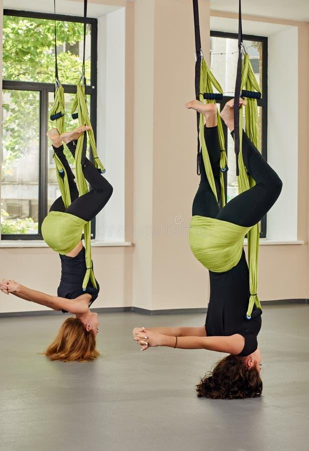 反地心引力的瑜伽锻炼 颠倒 免版税库存图片