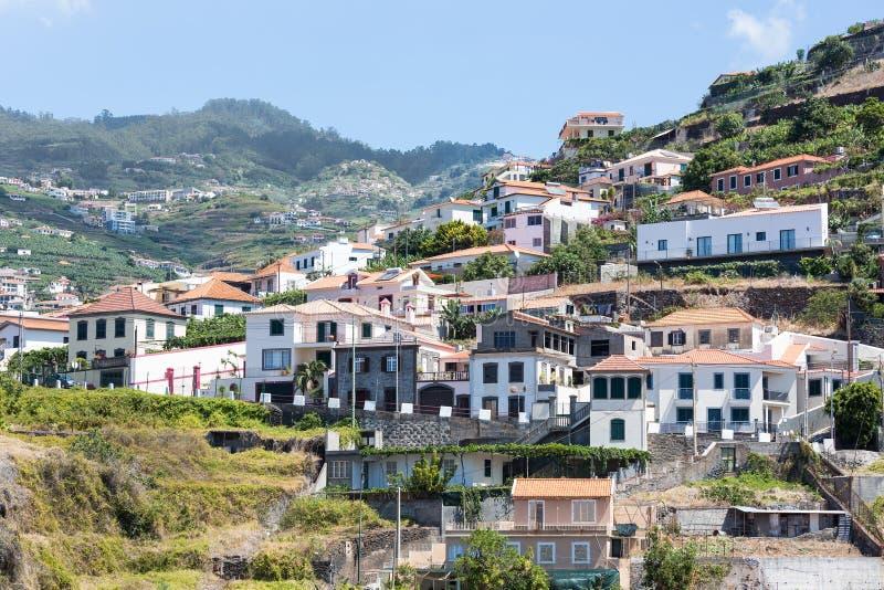 反对一个山坡的一点村庄修造在马德拉岛海岛 免版税库存图片