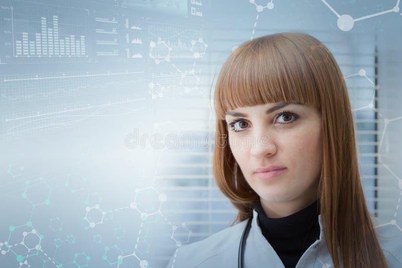 反对一个抽象医疗背景的美丽的女性医生与分子格子 库存图片
