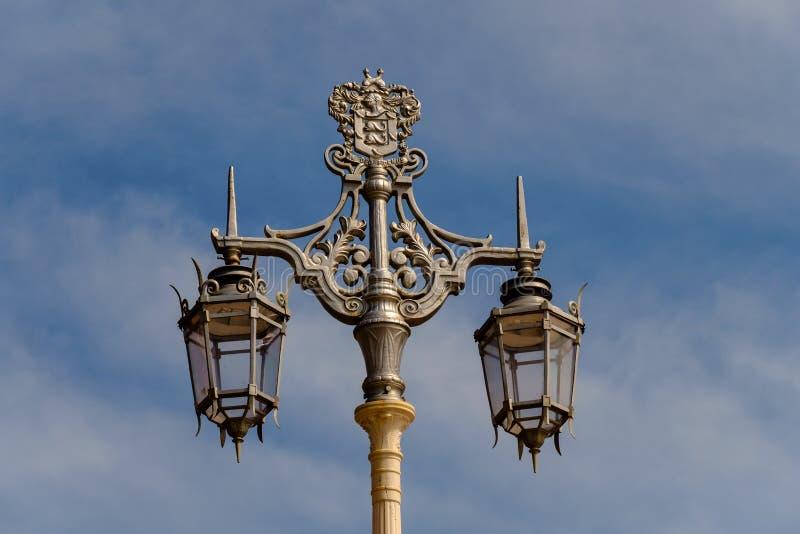 反对一多云天空蔚蓝的华丽维多利亚女王时代的街灯 免版税图库摄影