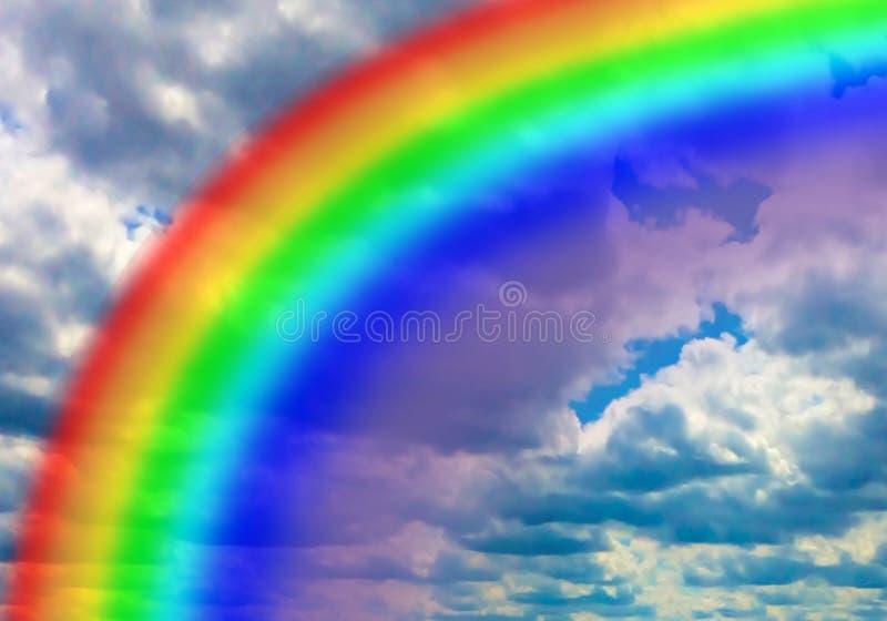 反对云彩背景的一条明亮的彩虹 免版税库存图片