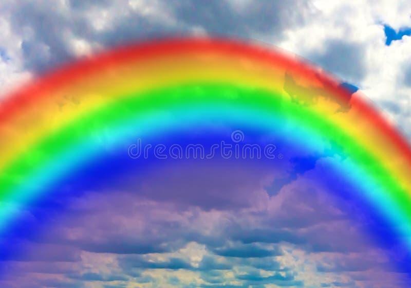 反对云彩背景的明亮的彩虹 免版税图库摄影
