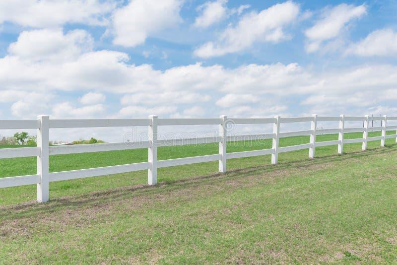 反对云彩蓝天的乡村模式的木篱芭 免版税库存照片