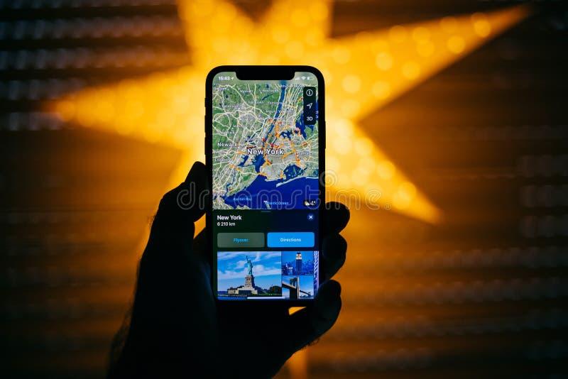 反对以GPS为特色的蓝色defocused星的新的苹果计算机iPhone新 免版税库存照片