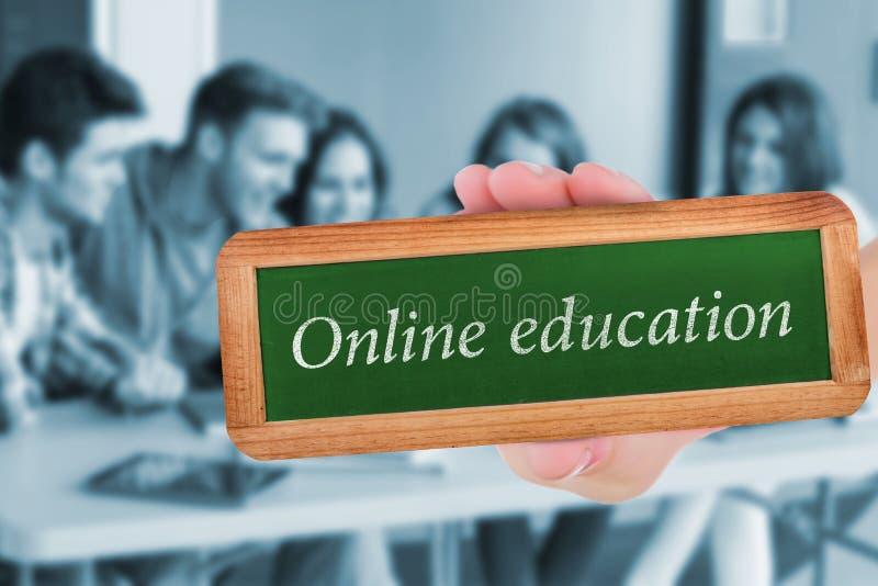 反对使用膝上型计算机的微笑的朋友学生的网上教育 库存照片