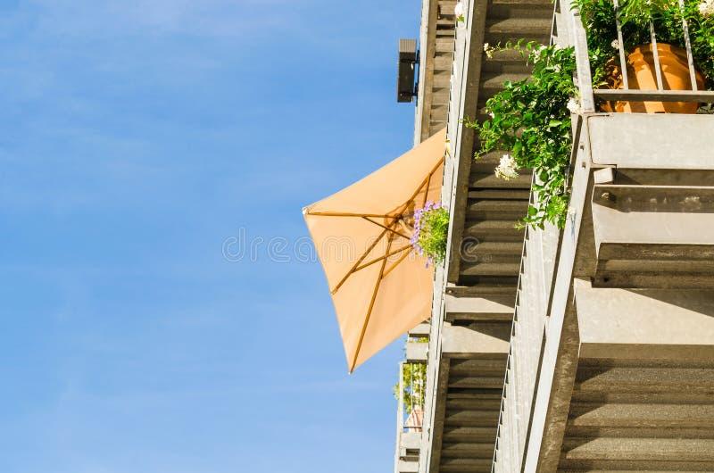 反对光的遮阳伞 免版税库存照片