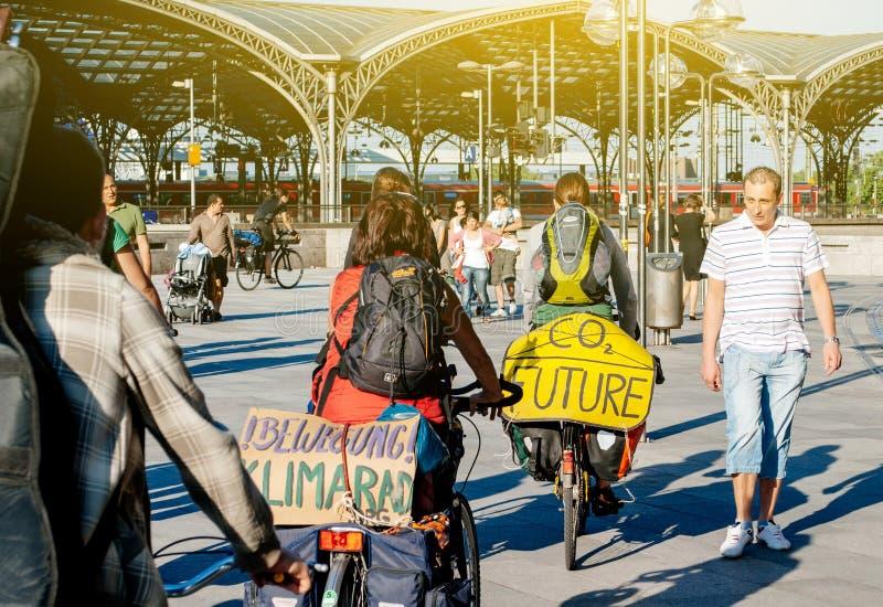 反对全球性变暖的两个骑自行车者militation 免版税库存照片