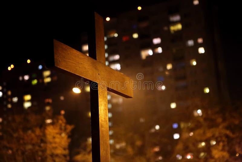 反对公寓单元的木十字架 免版税库存图片