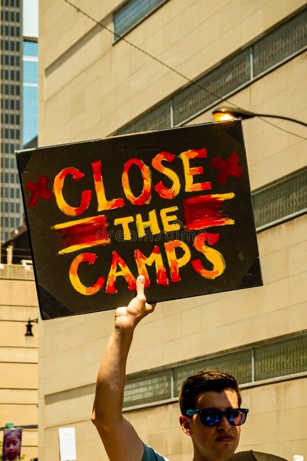 反对冰和风俗和边境巡逻拘留中心的抗议 一个人拿着读'关闭阵营'的一个标志 库存图片