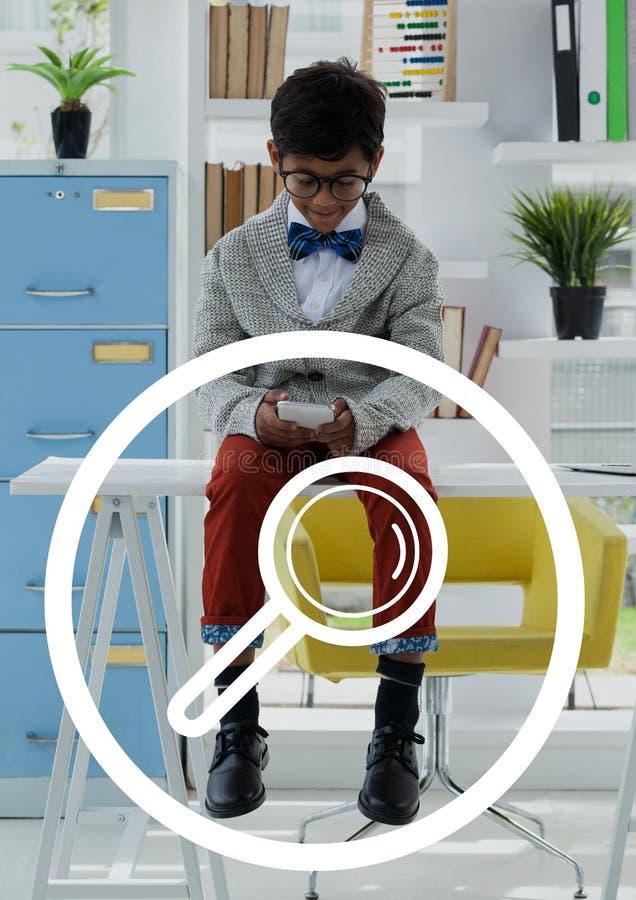 反对办公室使用电话背景的孩子男孩的放大镜象 向量例证