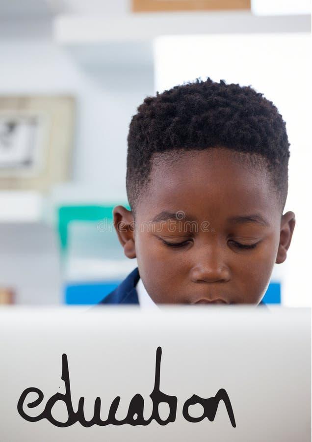反对办公室使用计算机背景的孩子男孩的教育文本 库存例证