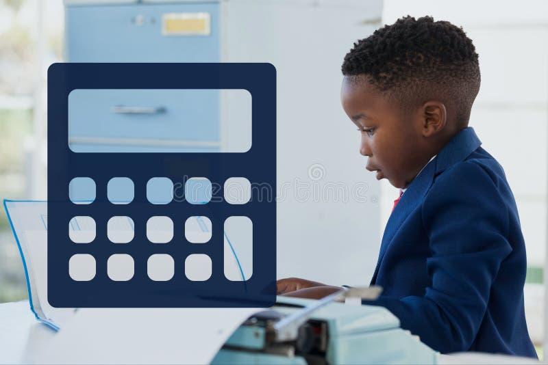 反对办公室孩子男孩背景的计算器象 皇族释放例证