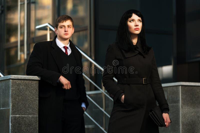 反对办公楼的年轻企业夫妇 库存照片