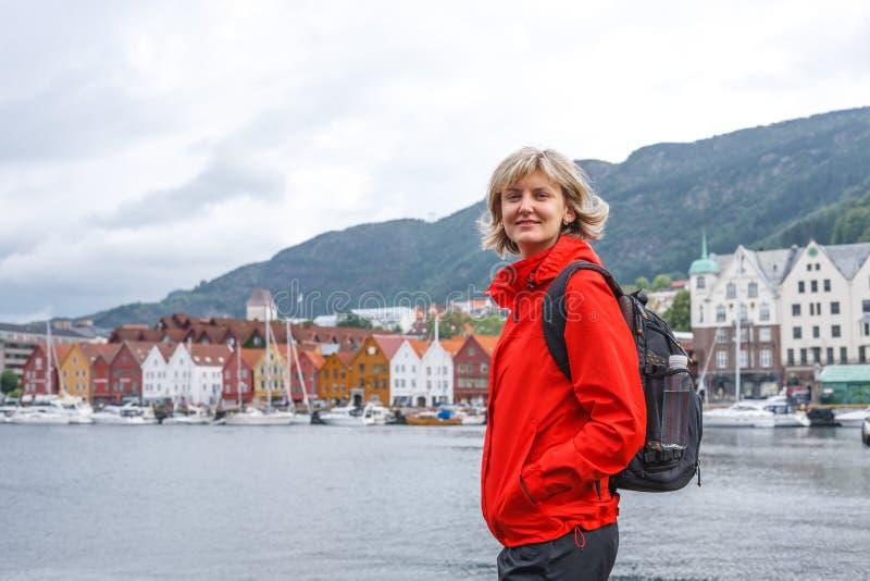 反对卑尔根都市风景的妇女游人  库存照片