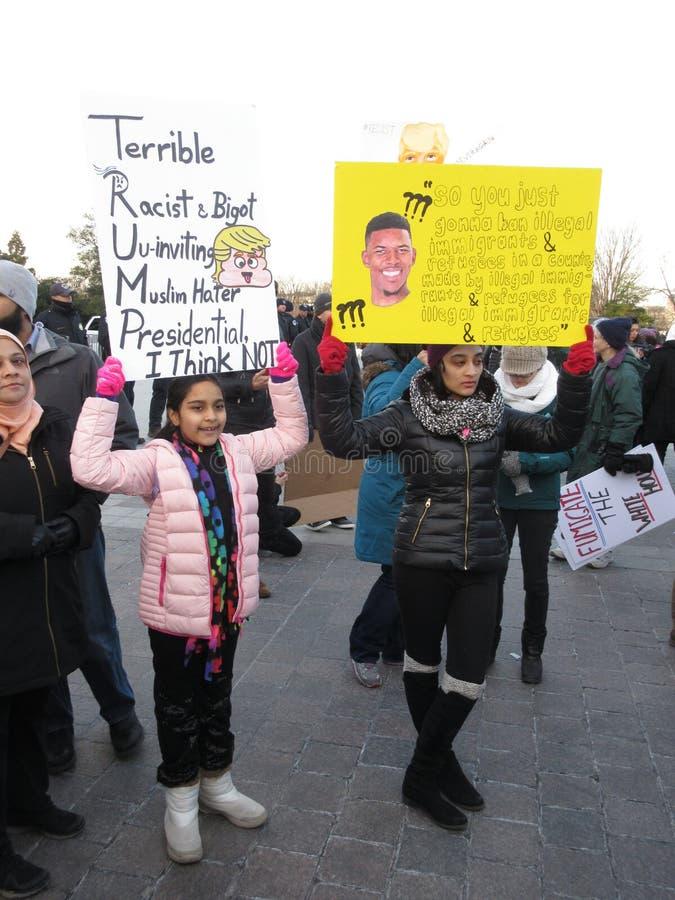 反对唐纳德・川普的回教妇女 免版税库存图片