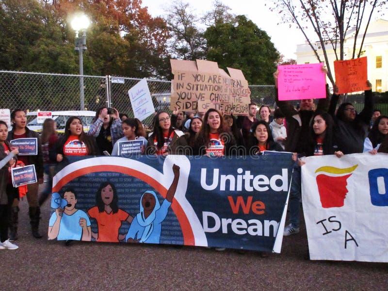 反对唐纳德・川普的拉丁美州的抗议者 免版税图库摄影