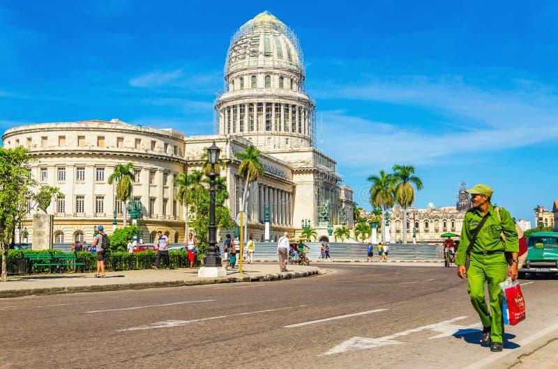 反对国会大厦的古巴士兵在哈瓦那,古巴 库存图片