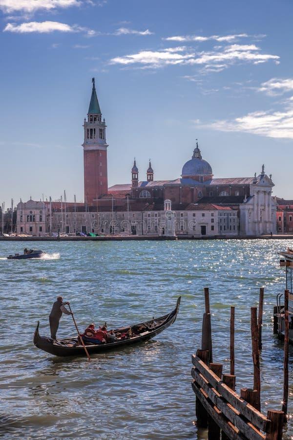 反对圣乔治海岛的长平底船在威尼斯,意大利 图库摄影