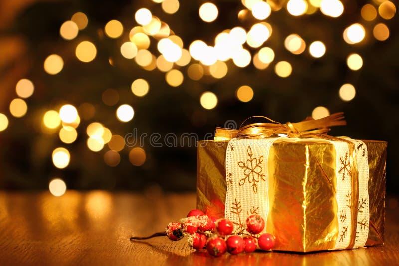 反对圣诞灯背景的Gfit箱子 免版税库存图片