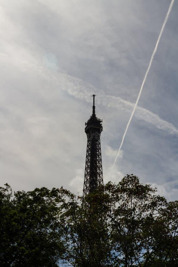 反对地平线的艾菲尔铁塔 免版税库存照片