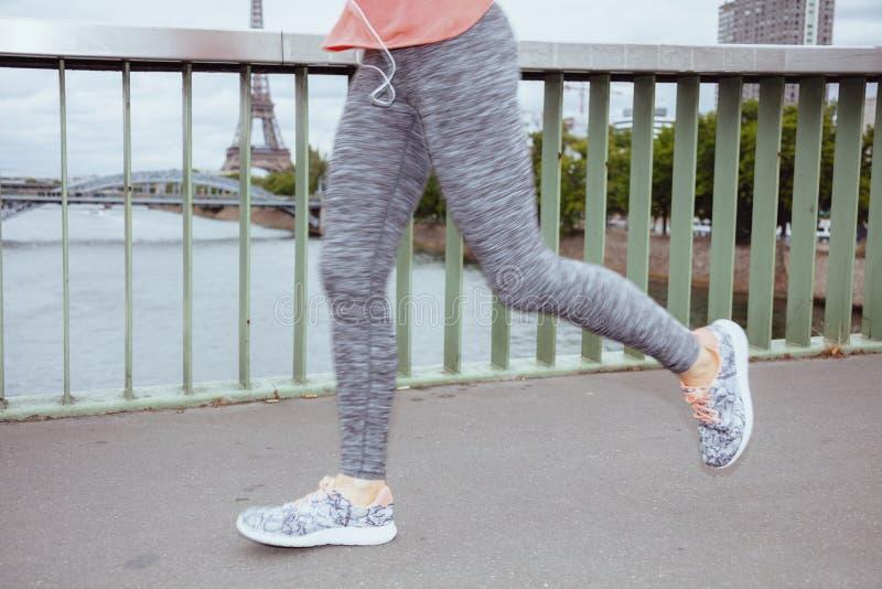反对埃菲尔铁塔赛跑清晰视界的妇女慢跑者  图库摄影