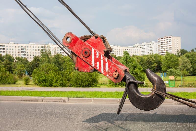 反对城市区域的起重机勾子 库存照片