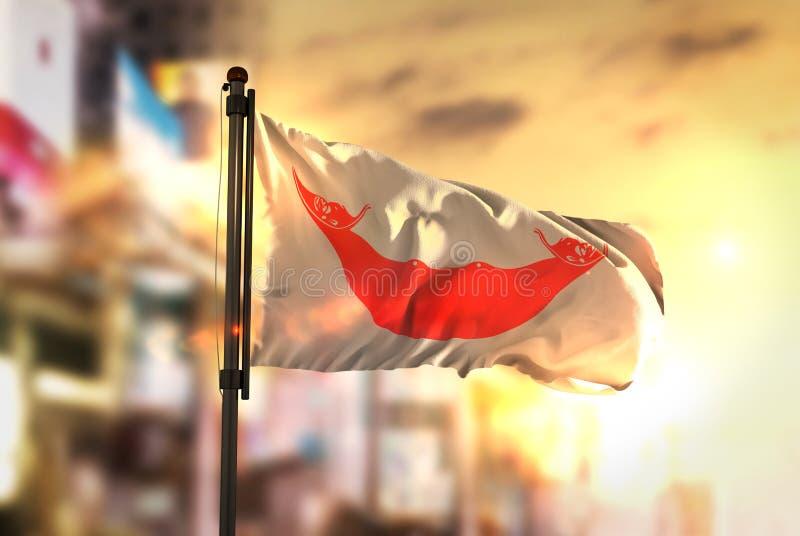 反对城市被弄脏的背景的复活节岛旗子在日出Ba 免版税库存照片