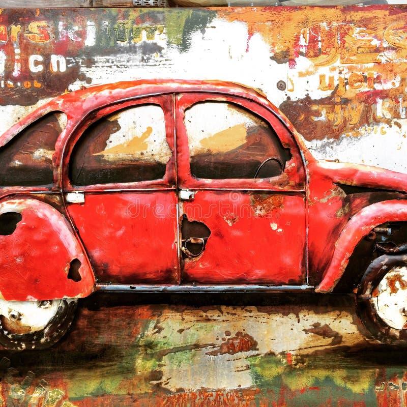 反对墙壁艺术的汽车 免版税库存照片