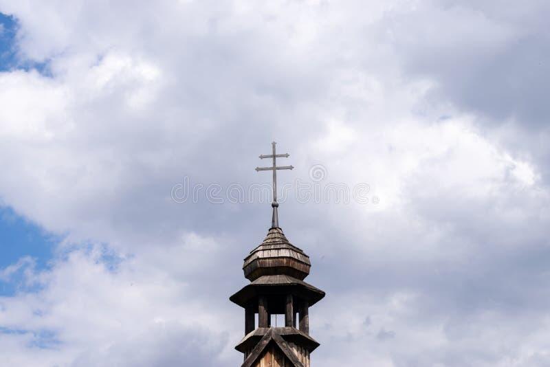 反对多云天空的十字架 库存照片
