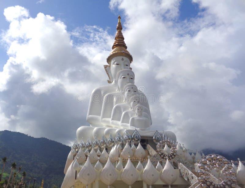 反对多云天空的大纯净的白色菩萨雕象 免版税库存图片
