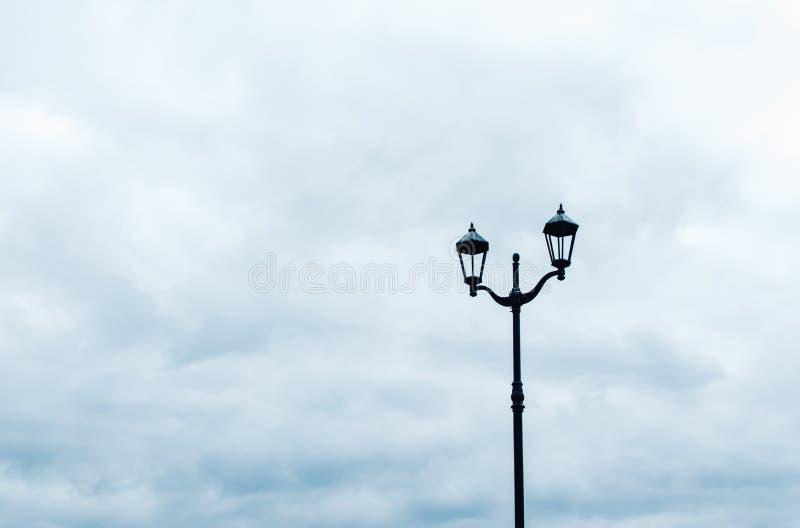 反对多云天空的街灯 图库摄影