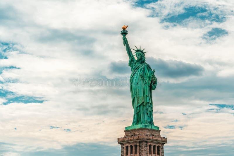 反对多云天空蔚蓝背景,拷贝空间的纽约自由女神像 库存照片