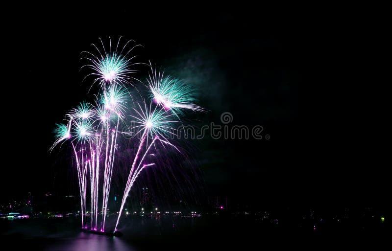 反对夜空的华美的蓝色和紫色烟花与自由空间 免版税库存图片