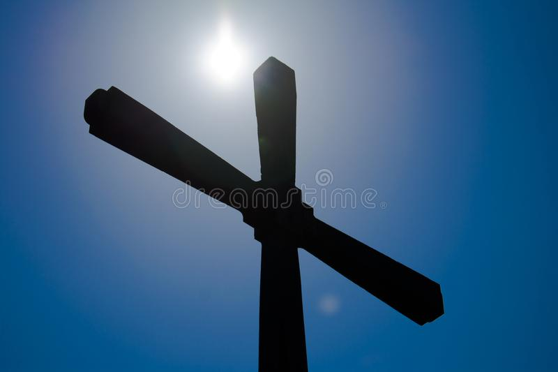 反对天空和太阳的正统十字架 免版税库存图片