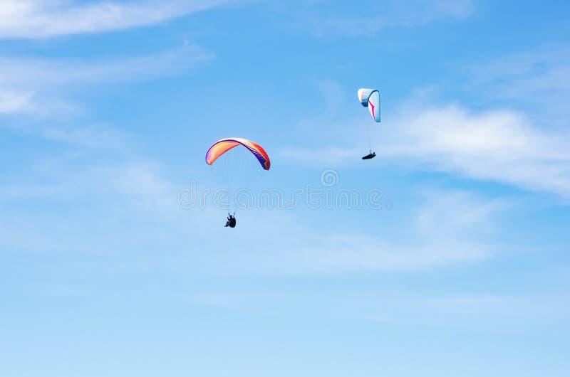 反对天空的两个滑翔伞 库存照片