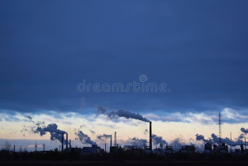 反对天空的冶金产业 免版税库存照片