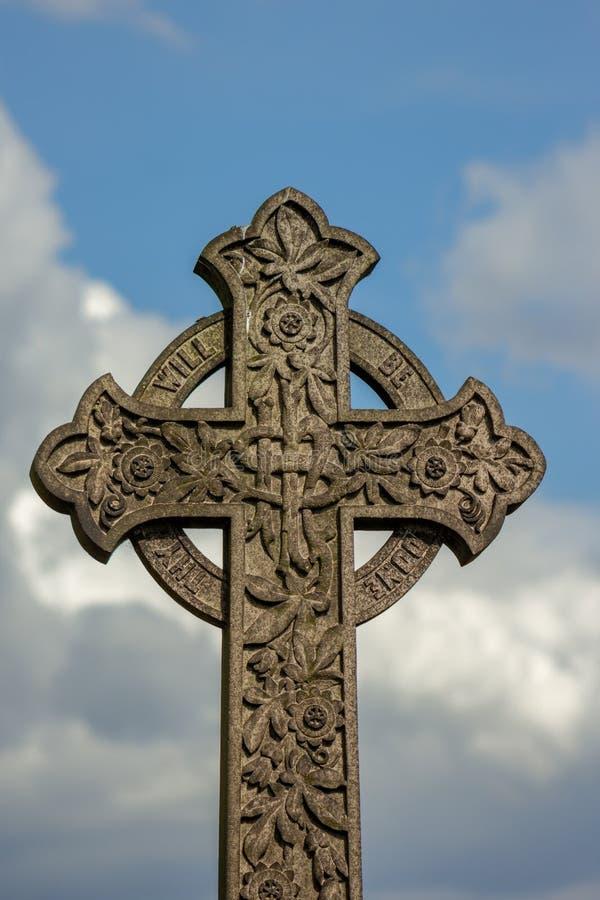反对天空的凯尔特十字架 免版税库存图片