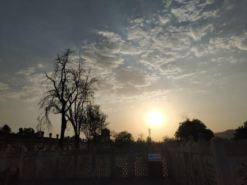 反对天空的历史建筑在日落期间 免版税库存照片
