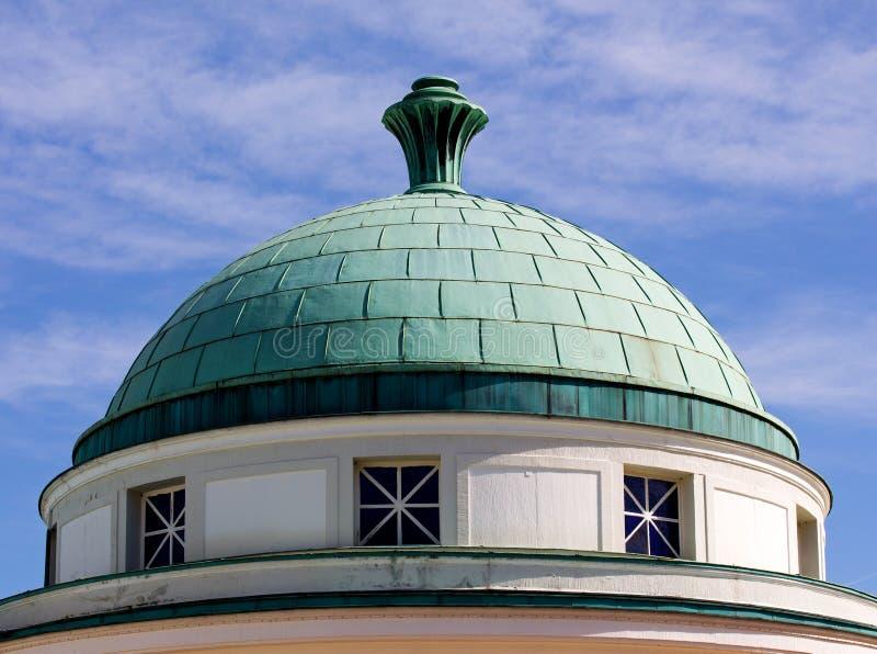 反对天空的圆顶屋顶 库存照片