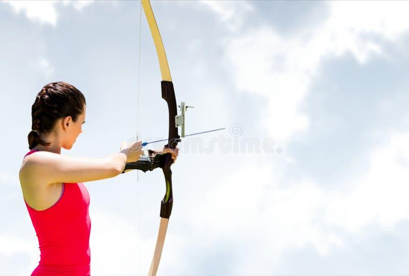 反对天空的女子射箭 免版税库存照片