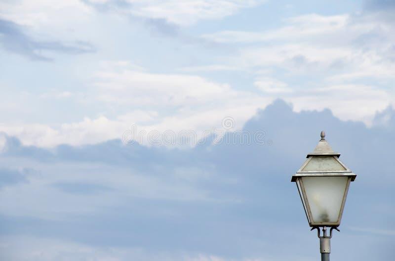 反对天空的室外大烛台街灯杆 图库摄影