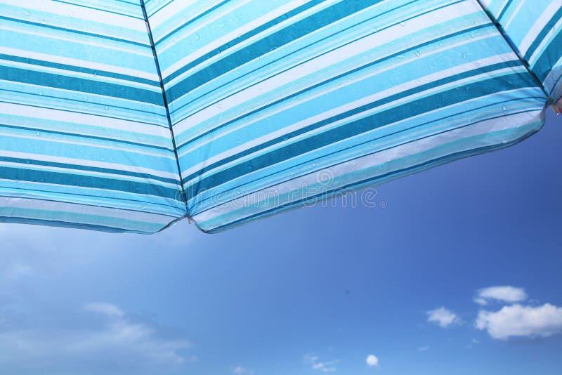 反对天空的沙滩伞 库存照片
