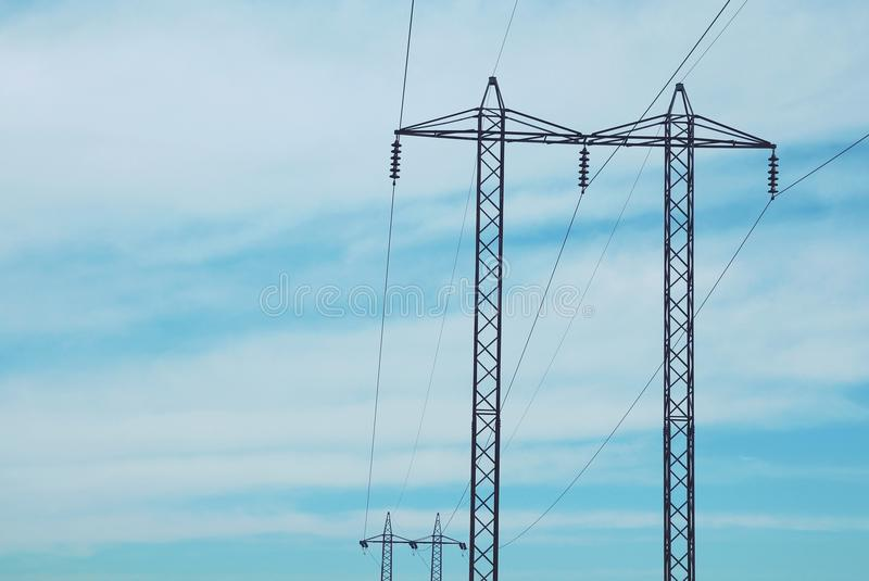 反对天空的电定向塔 库存照片