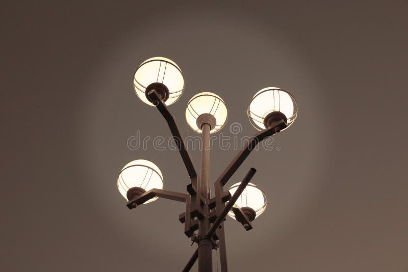 反对天空的街灯/ 库存照片